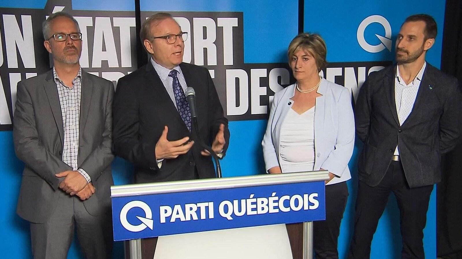 Les candidats écoutent le discours de Jean-François Lisée.