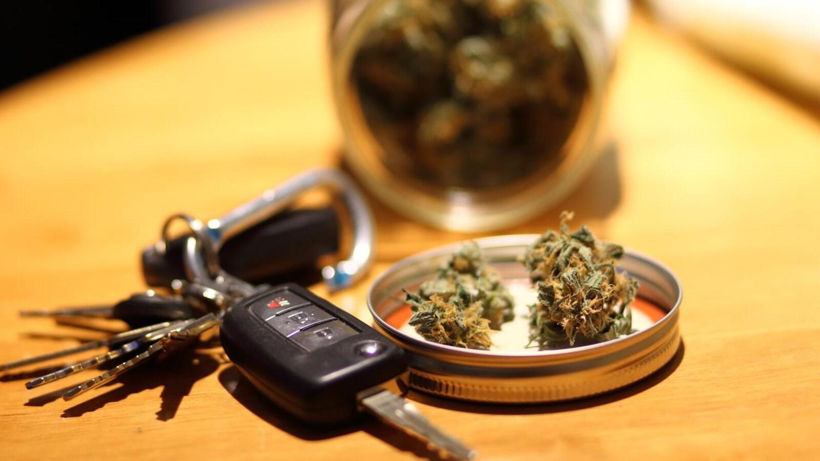 Gros plan sur du cannabis et des clés de voiture.