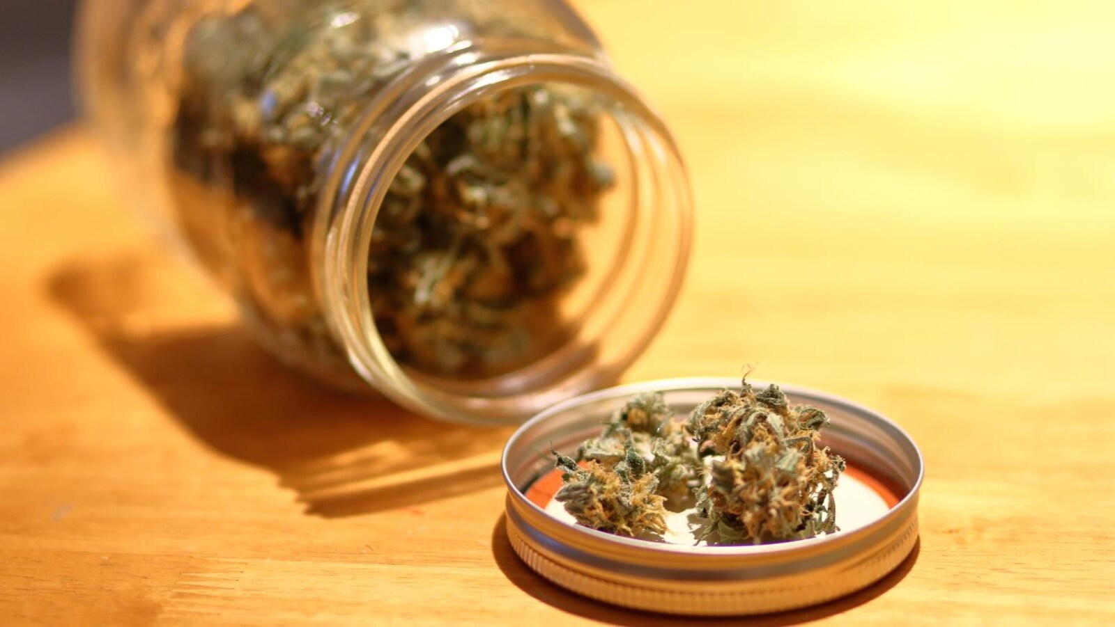 Du cannabis à usage récréatif sur une table.