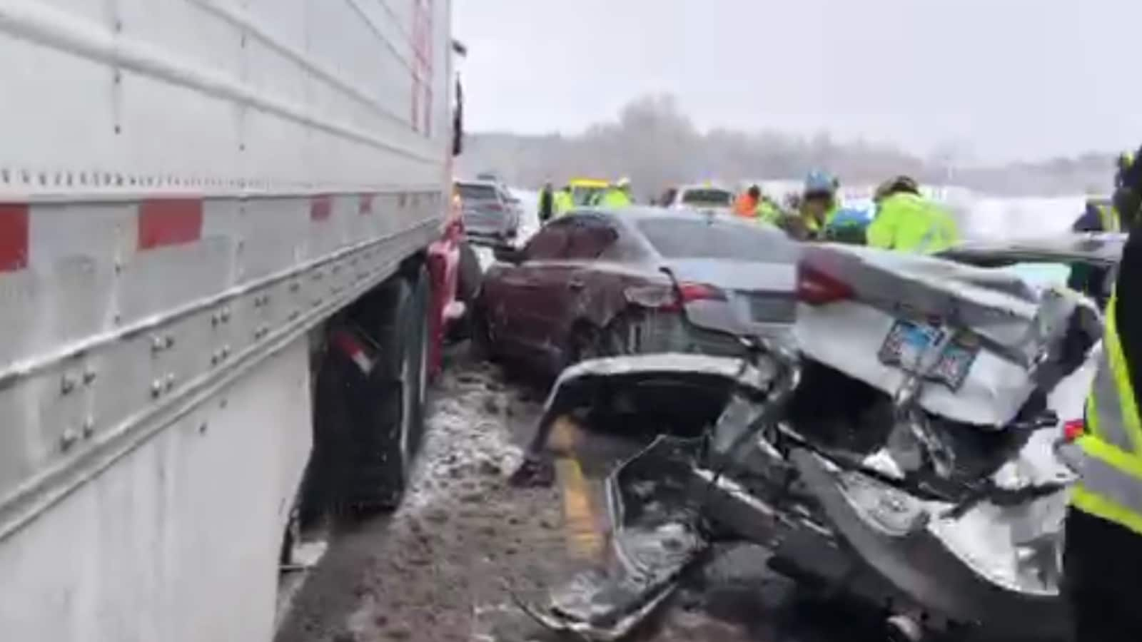 Plusieurs voitures et un camion ont été gravement endommagés.