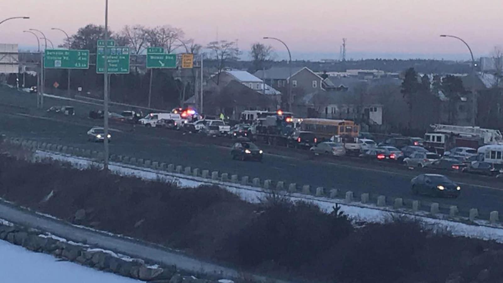 Des dizaines de véhicules immobilisés sur l'autoroute 111 à Dartmouth.