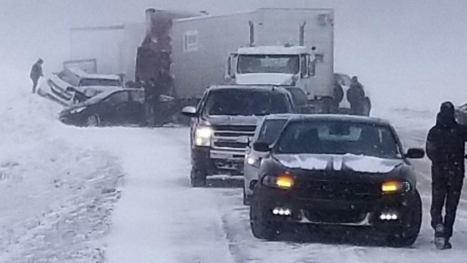 Des carcasses de voitures de camions-remorques sur la route enneigée