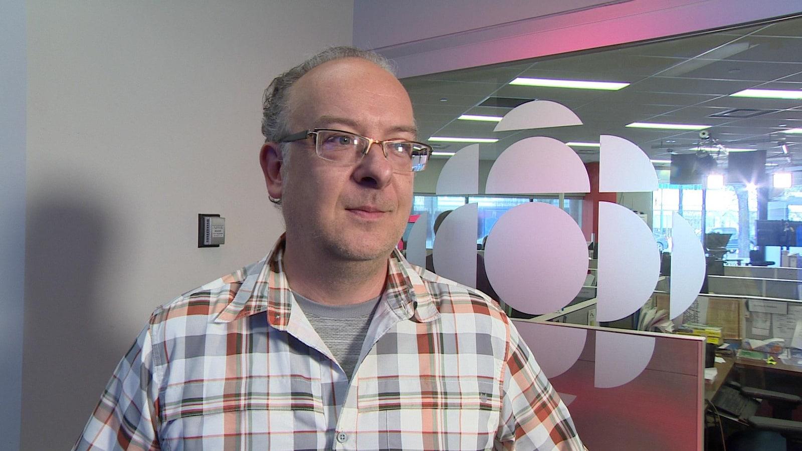 M. Gagné lors d'une entrevue aux bureaux de Radio-Canada à Saskatoon