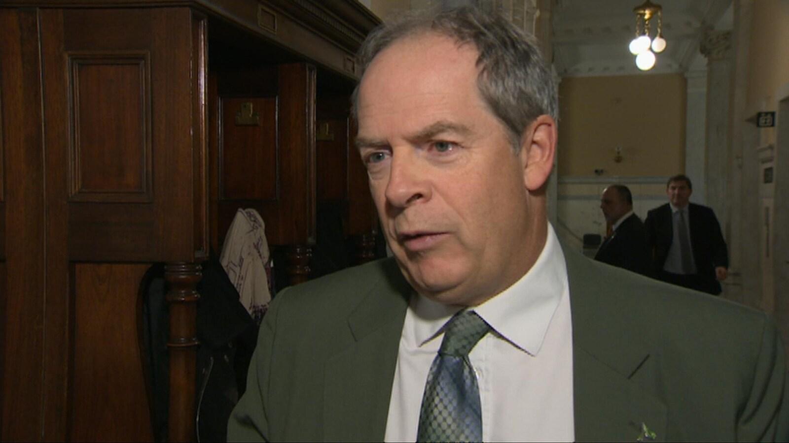 Un homme avec une cravate et un veston.