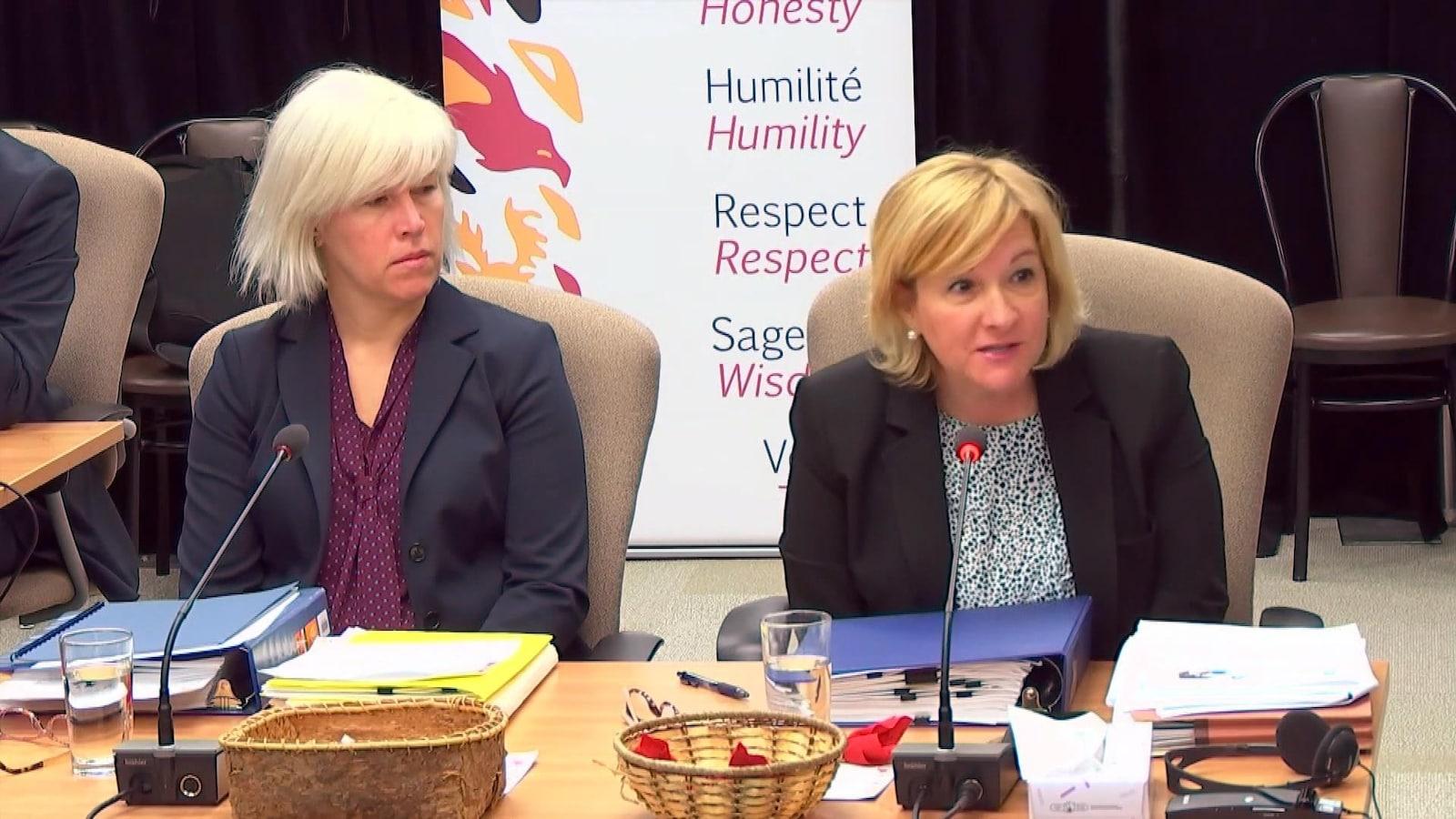Une femme témoigne lors d'une commission d'enquête.