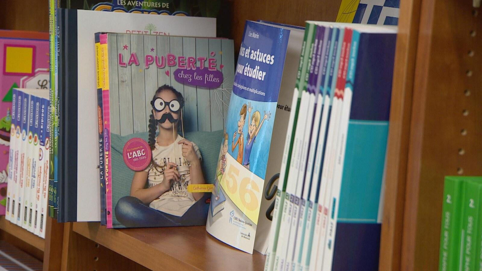 Des livres sur des tablettes d'une librairie.