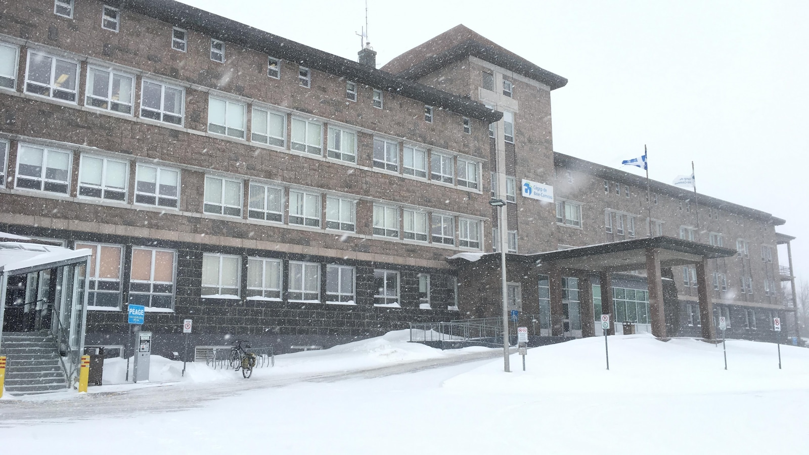Le bâtiment du cégep sous la neige.