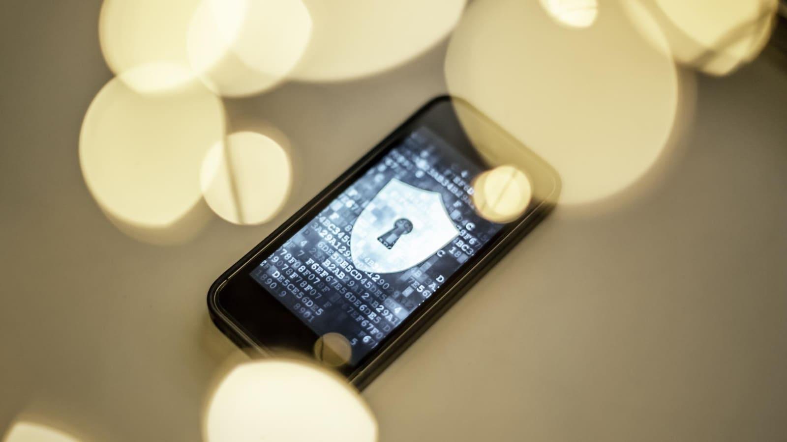 Un cellulaire affiche un bouclier muni d'une serrure de sécurité.