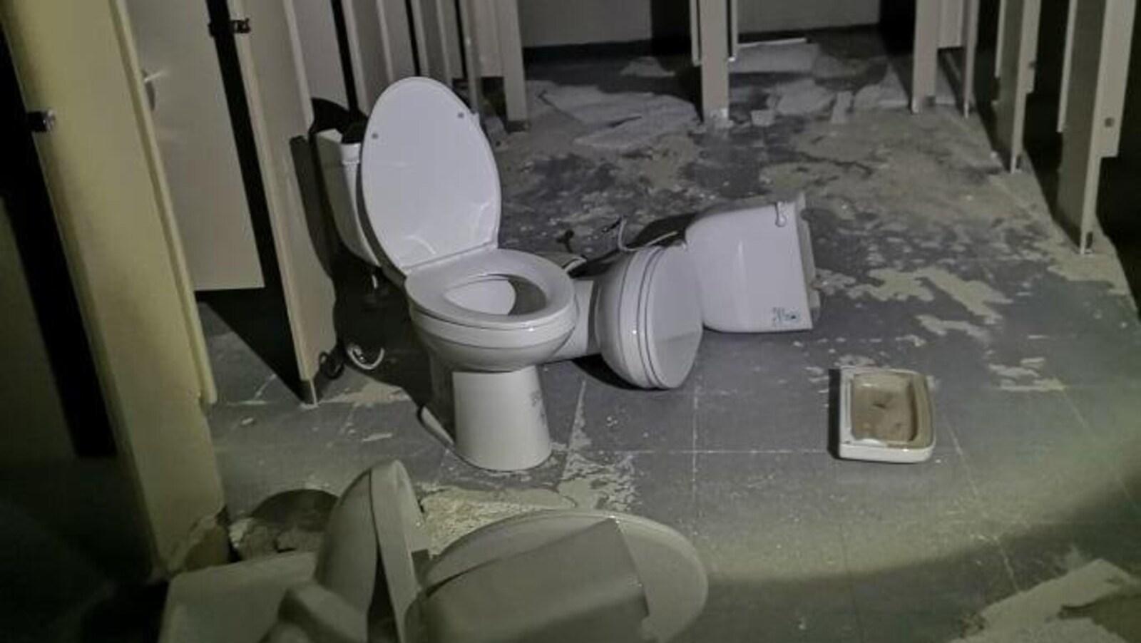Deux toilettes sont endommagées dans le centre.