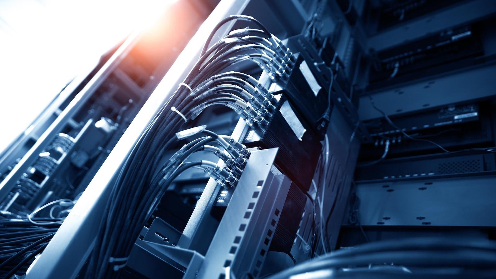 Des fils, connecteurs et panneaux.