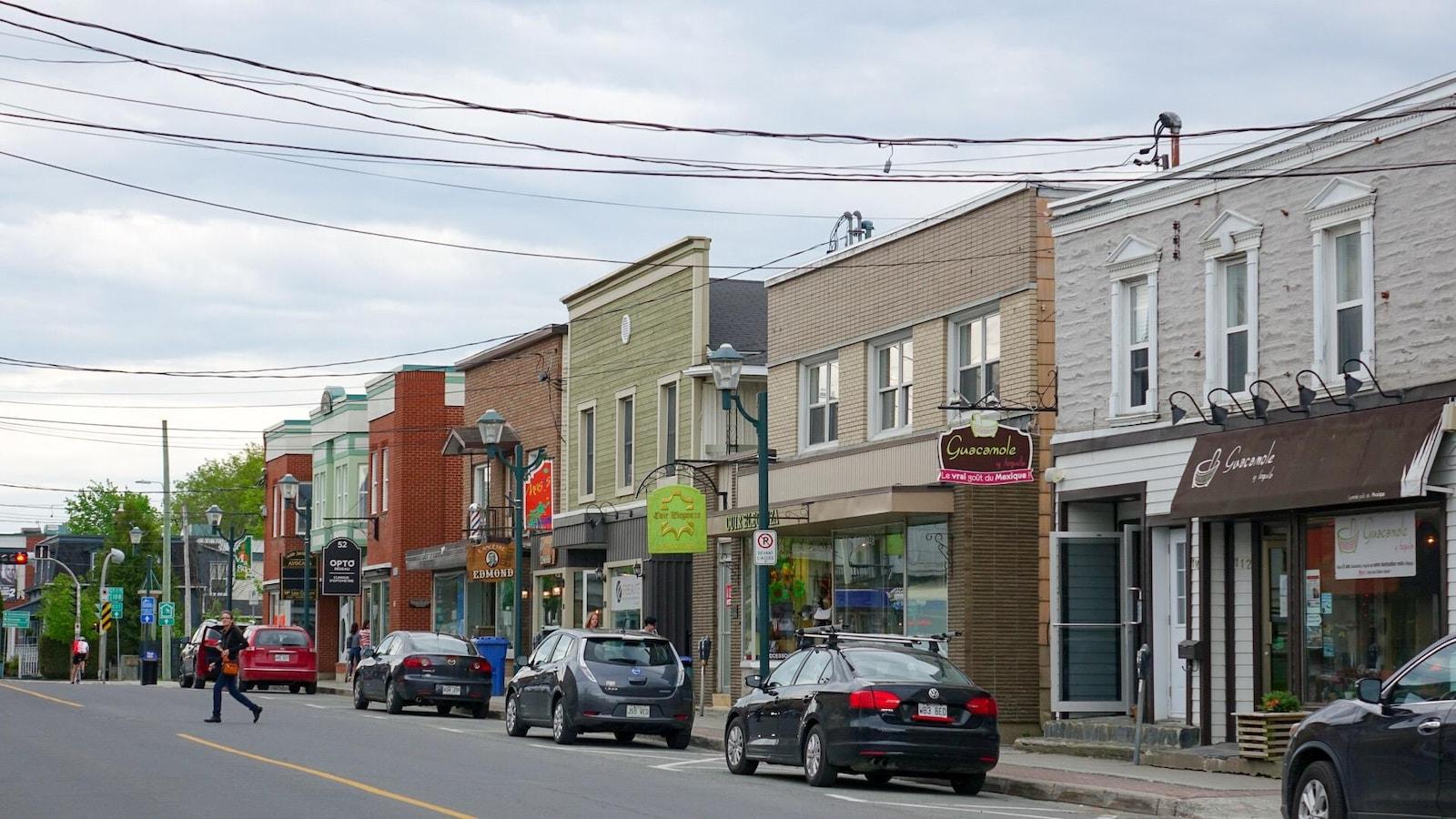 Image de commerces situés sur la rue principale à Magog