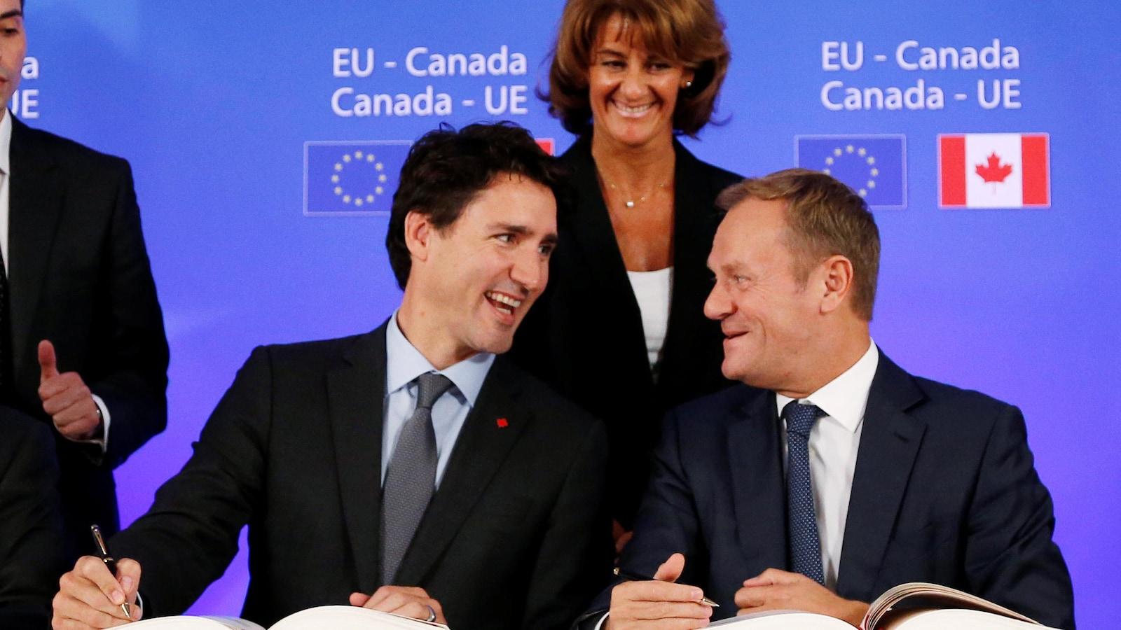 Justin Trudeau a signé l'Accord économique et commercial global entre le Canada et l'Union européenne le 30 octobre 2016.