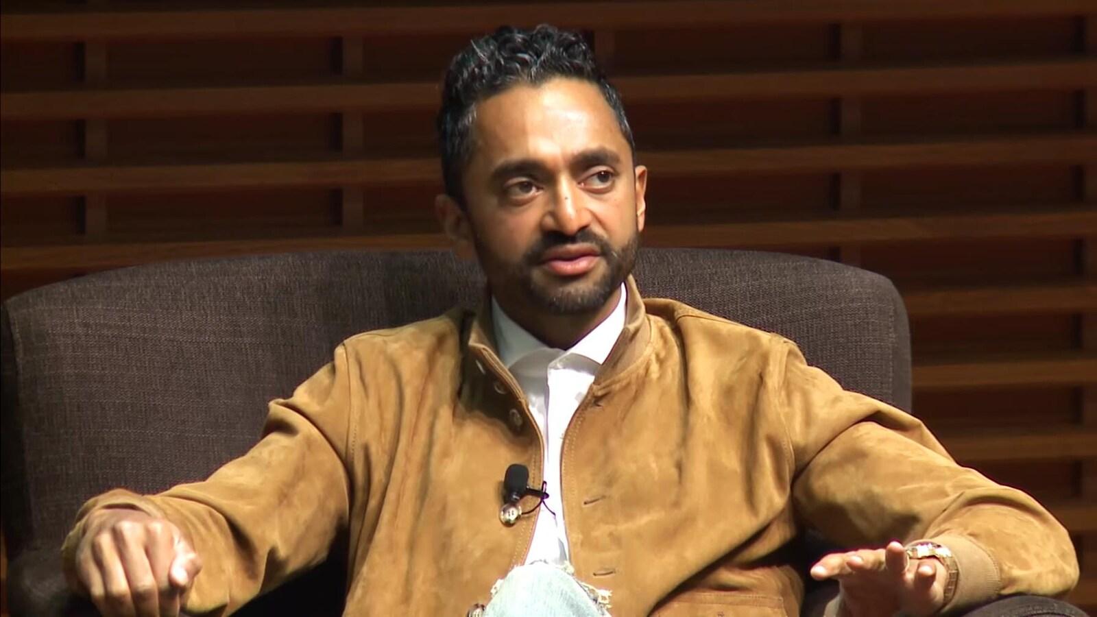 Chamath Palihapitiya, assis dans un fauteuil, est en train de s'adresser à un public hors champ.