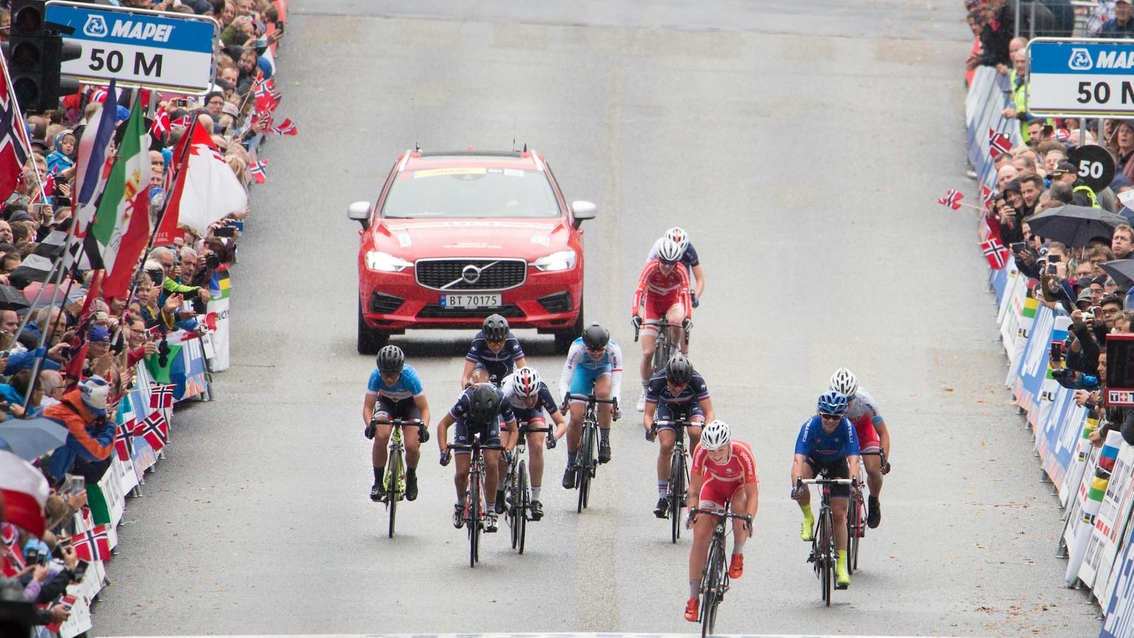 Simone Boilard à l'extrême gauche lors des Championnats du monde de cyclisme sur route chez les juniors à Bergen en Norvège