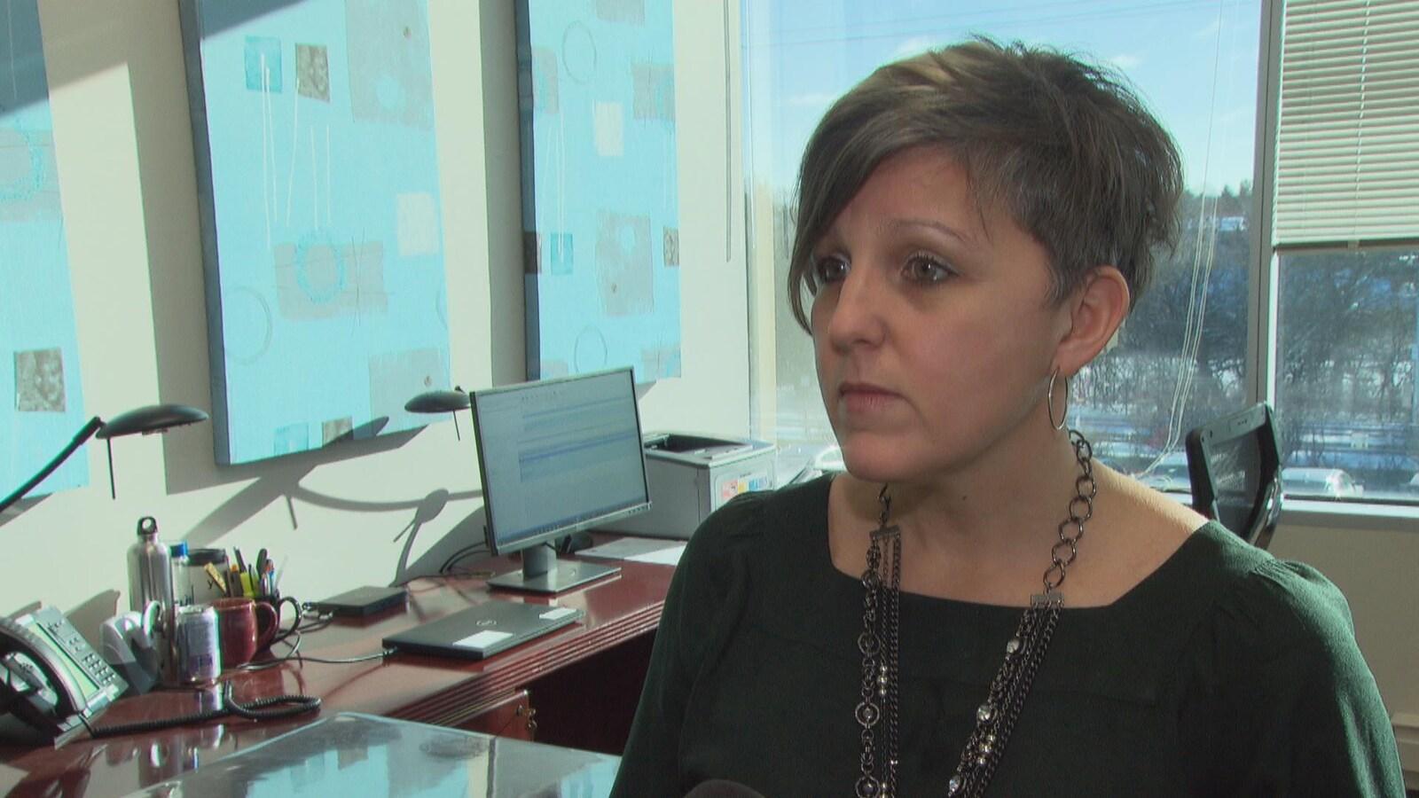 Mme LeClerc en entrevue avec Radio-Canada dans son bureau.