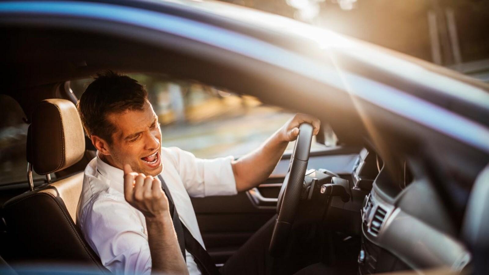 Un homme chante en voiture.