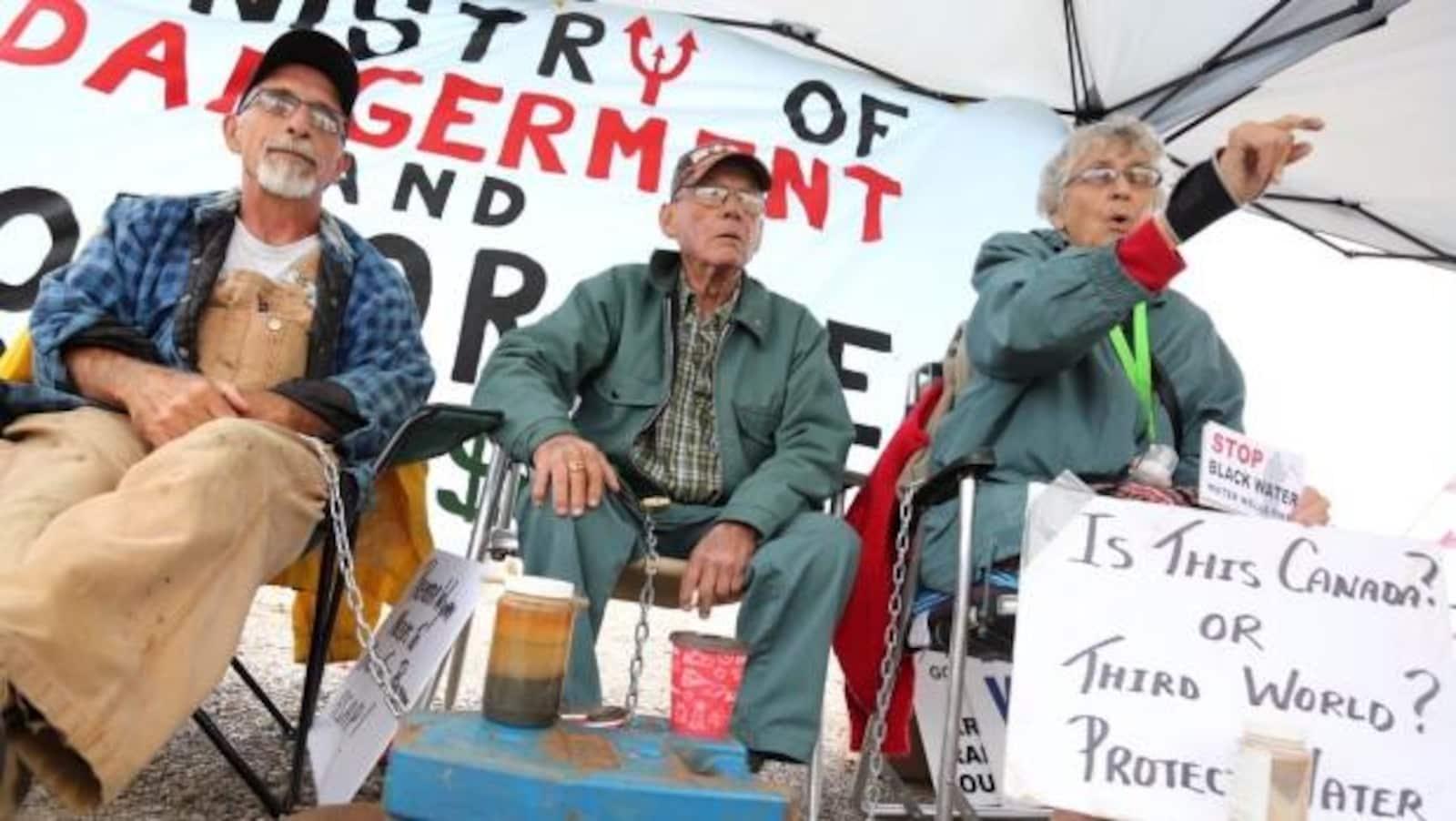 Des résidents de Chatham-Kent frustrés par la construction d'éoliennes ont organisé un blocus le 29 août pour réclamer l'arrêt des travaux.
