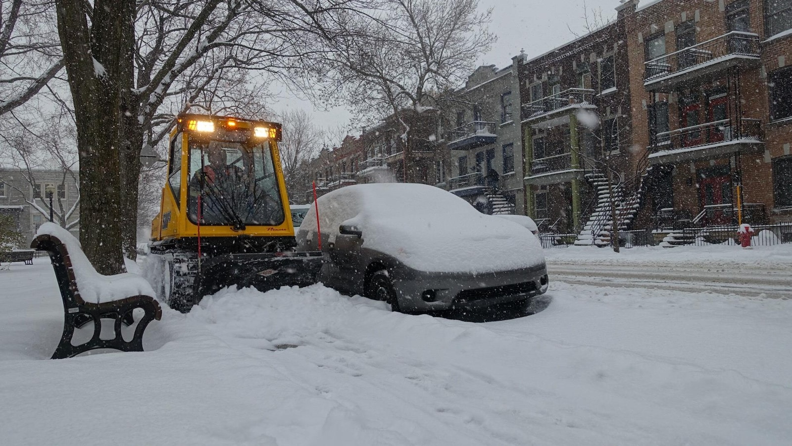 À Montréal, des chenillettes sont à pied d'oeuvre pour dégager les trottoirs.