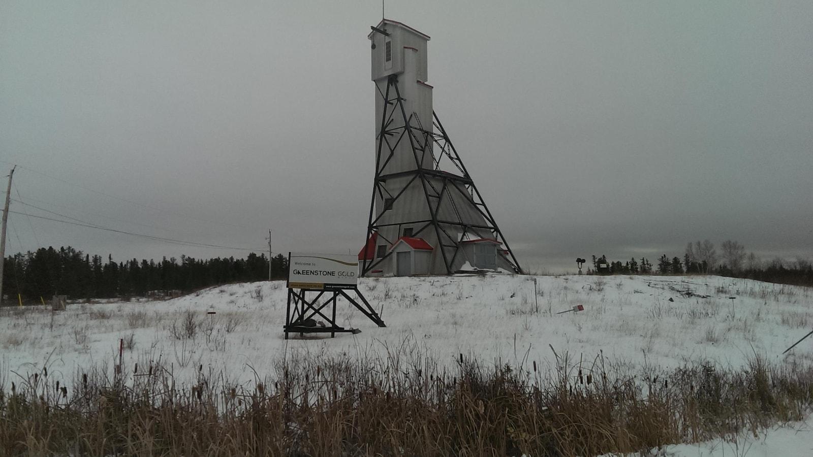 Un chevalement de mine sur le site de la future mine de Greestone Gold.