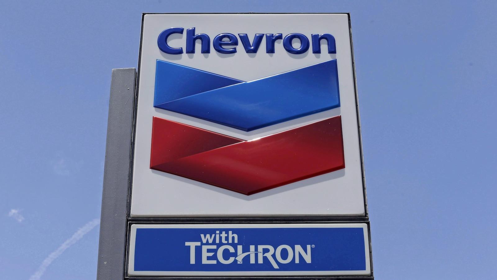 Un enseigne de station service de Chevron