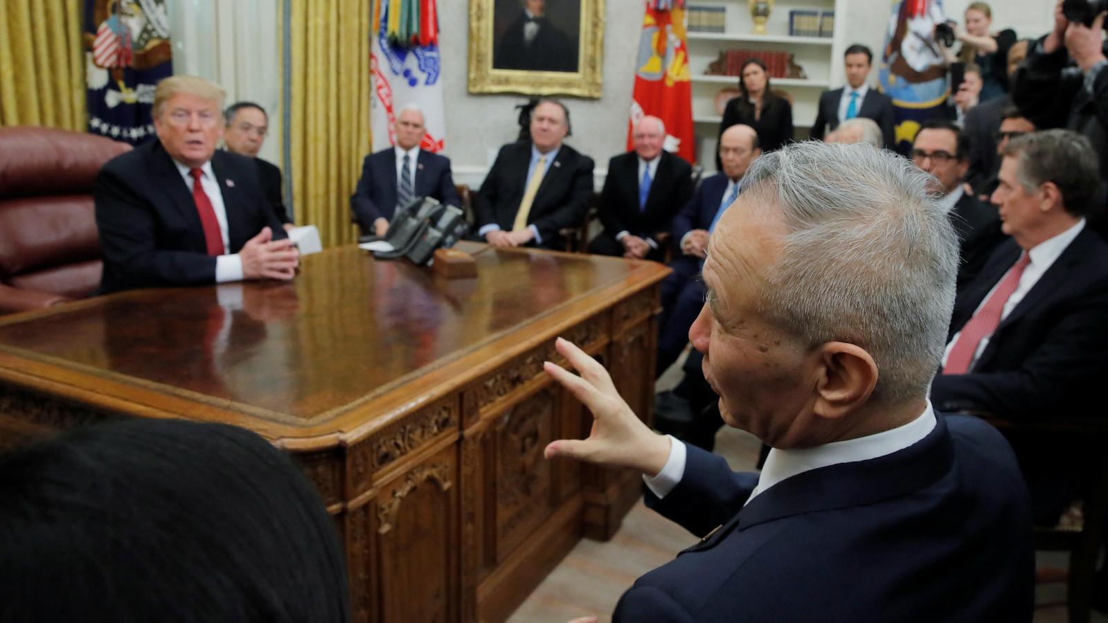 Donald Trump écoute le négociateur en chef de la Chine dans le bureau ovale.