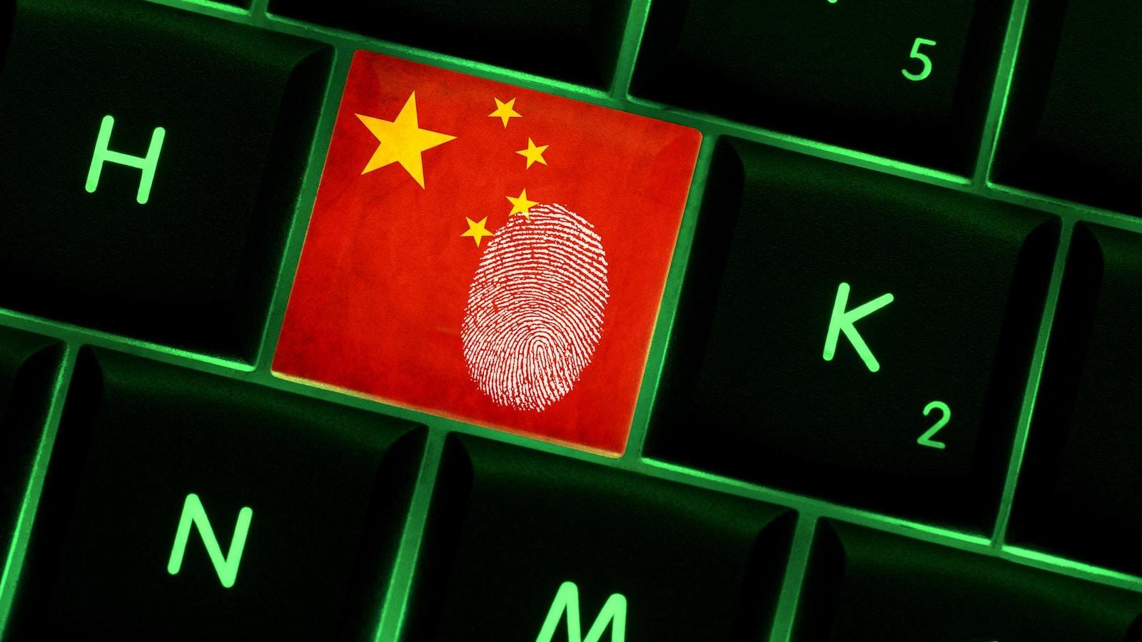 Une empreinte digitale sur une touche de clavier. La touche représente le drapeau de la Chine.