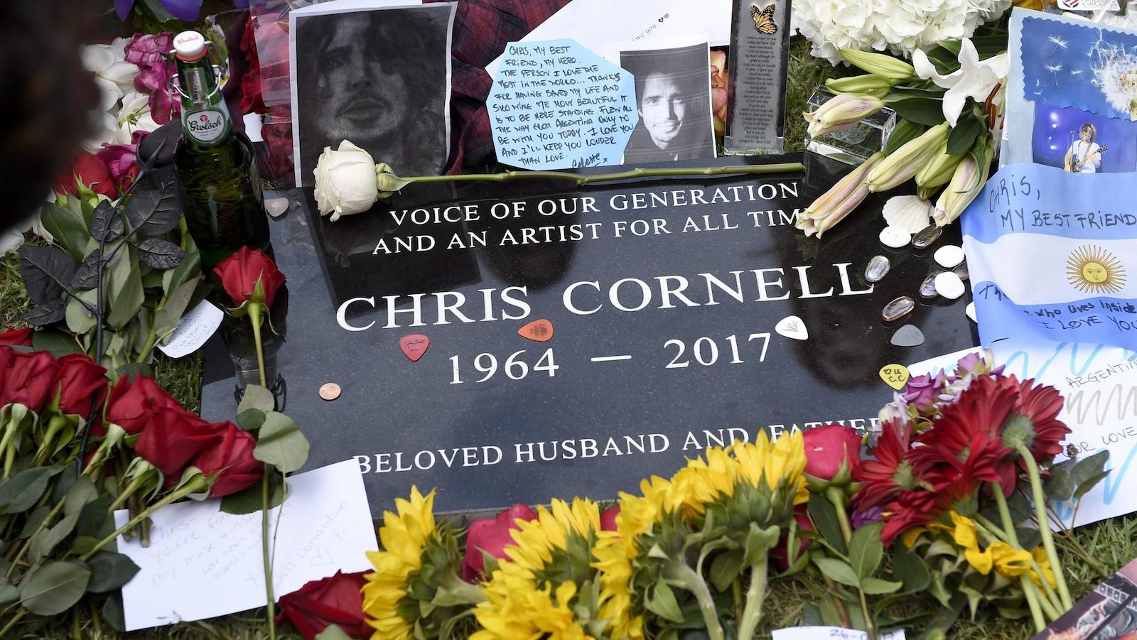 De nombreuses fleurs, photos et messages ont été posés sur la tombe de Chris Cornell, après son enterrement, le 26 mai.