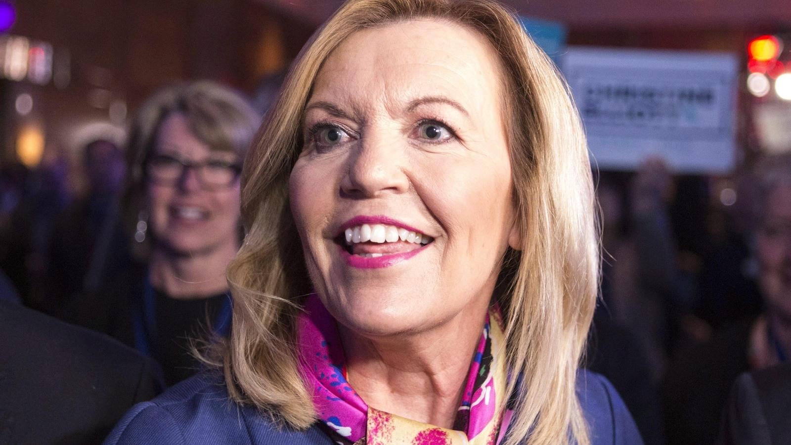 Christine Elliott sourit à la caméra.