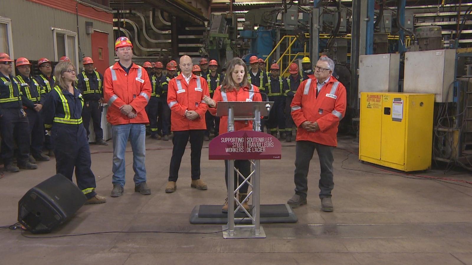 La ministre canadienne Chrystia Freeland s'adresse aux travailleurs de l'aciérie Evraz.