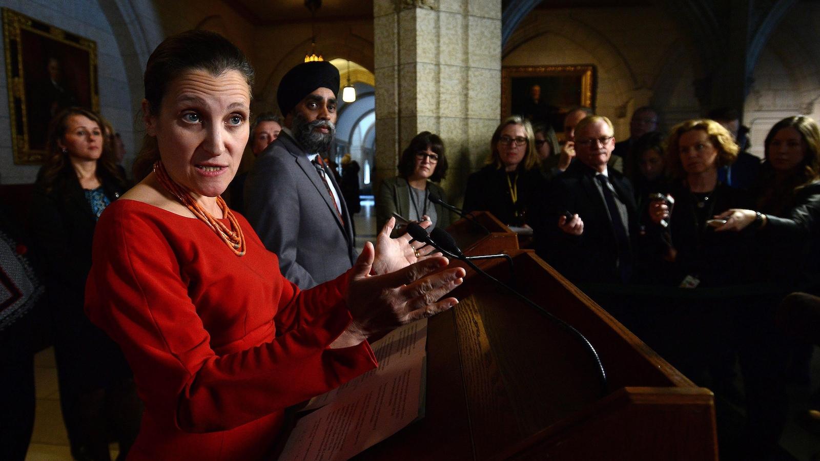 La ministre Chrystia Freeland en point de presse à Ottawa
