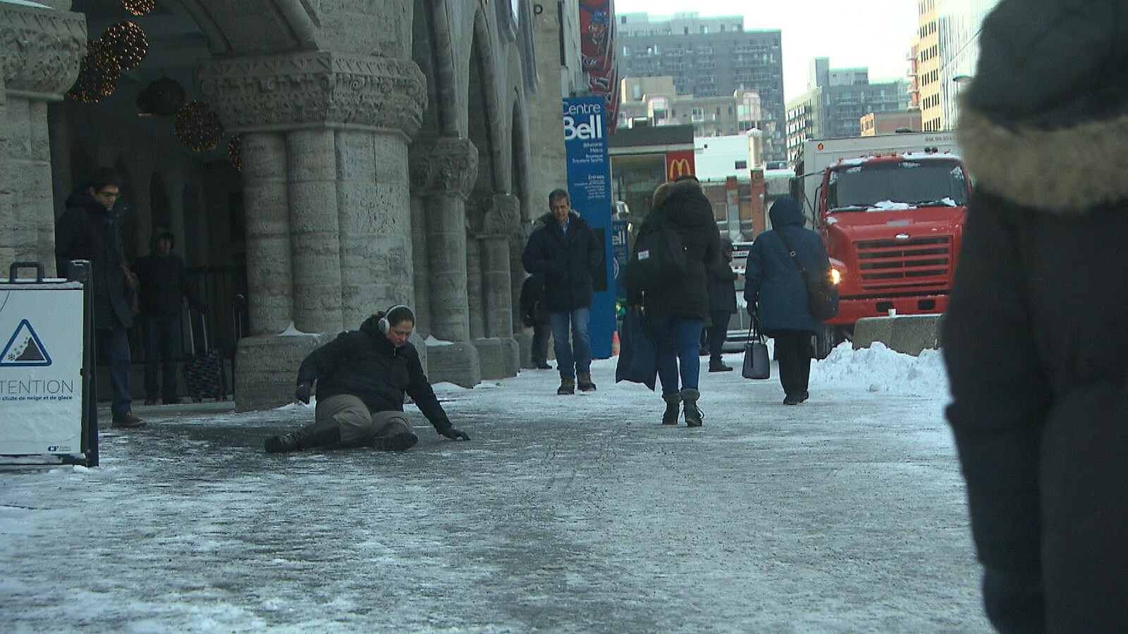 Une femme est tombée sur les fesses devant la gare Centrale de Montréal.