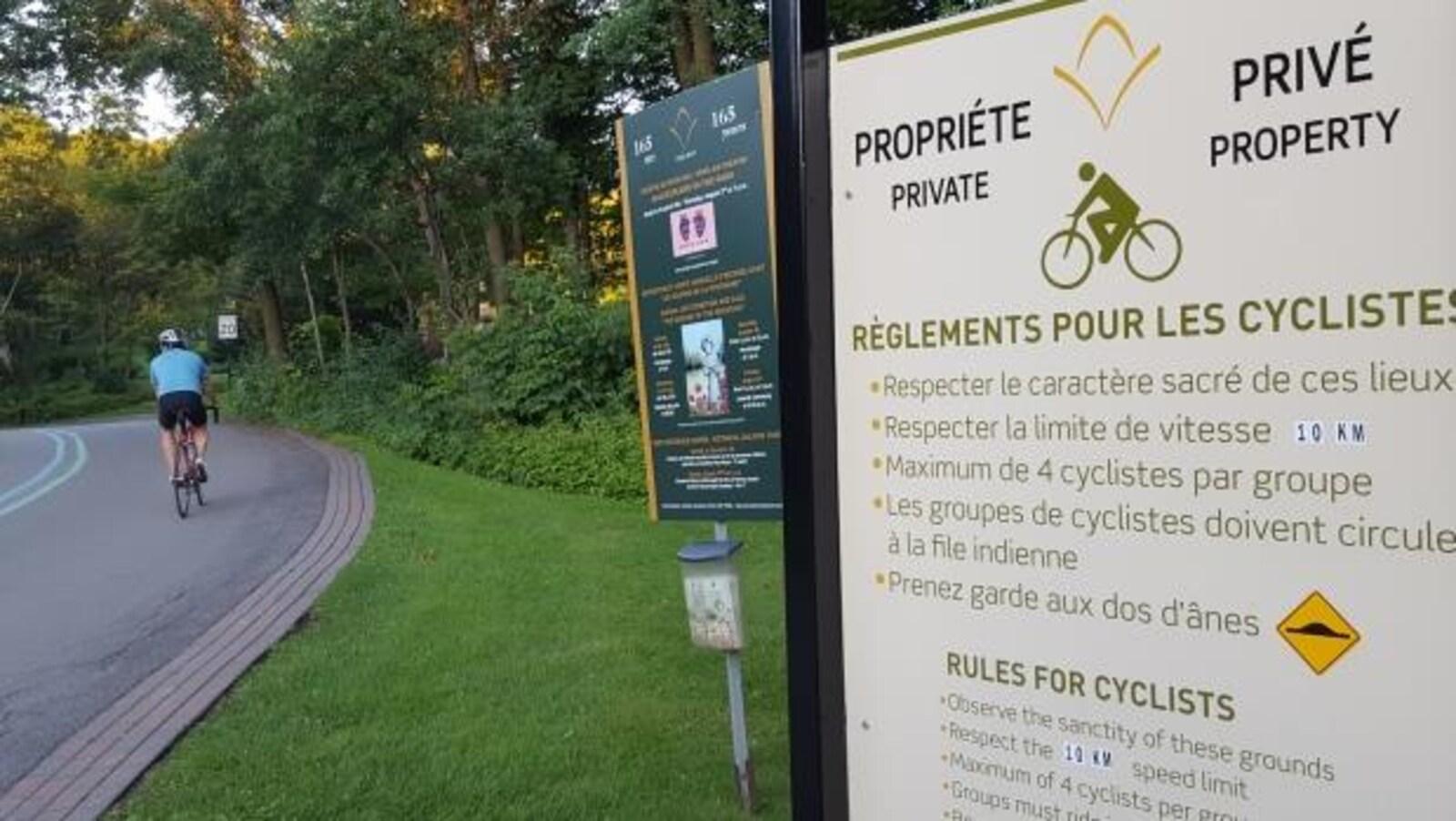 Affiche au cimetière du Mont-Royal indiquant les règles à suivre pour les cyclistes