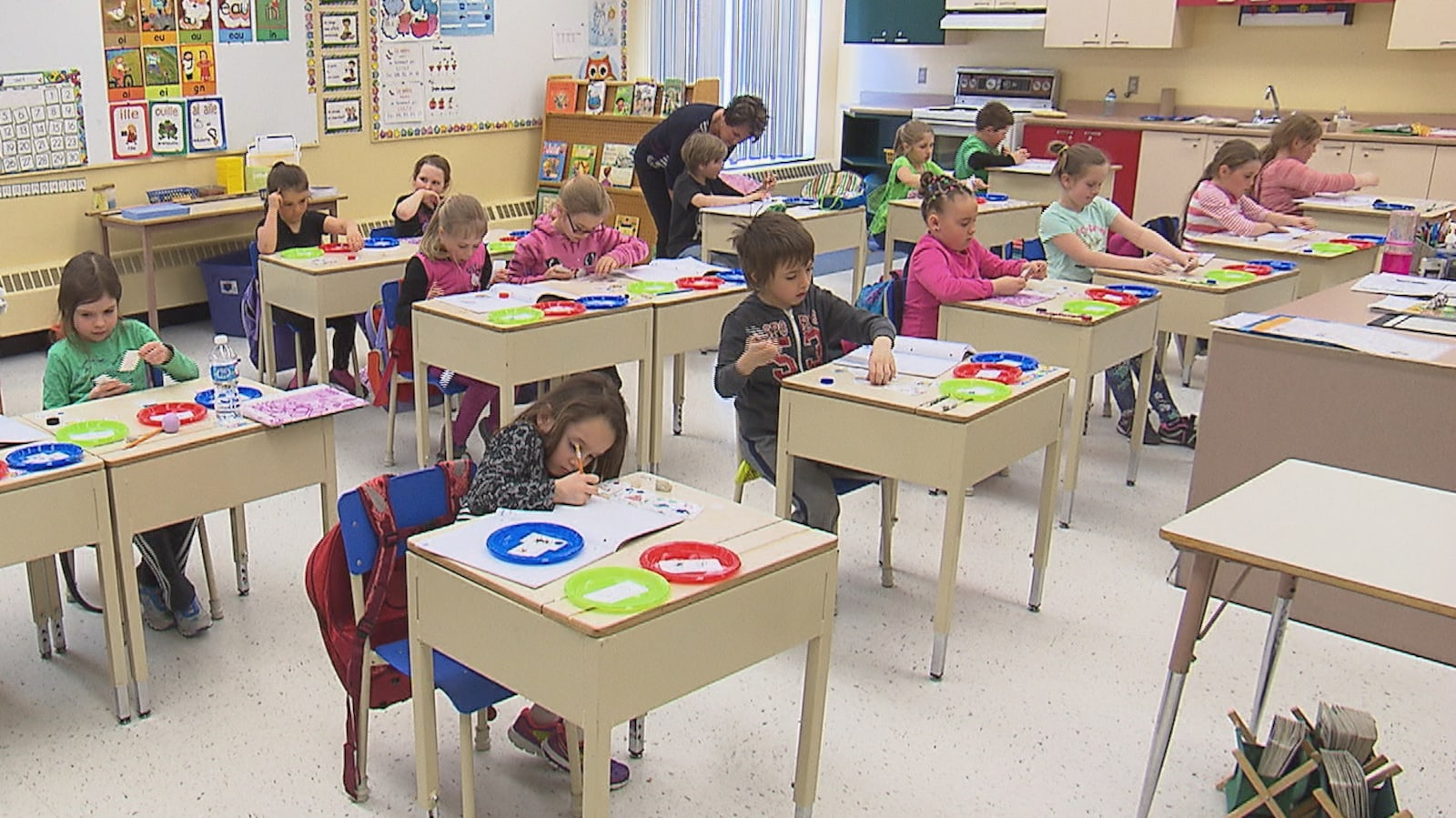 Des élèves dans une classe du primaire.
