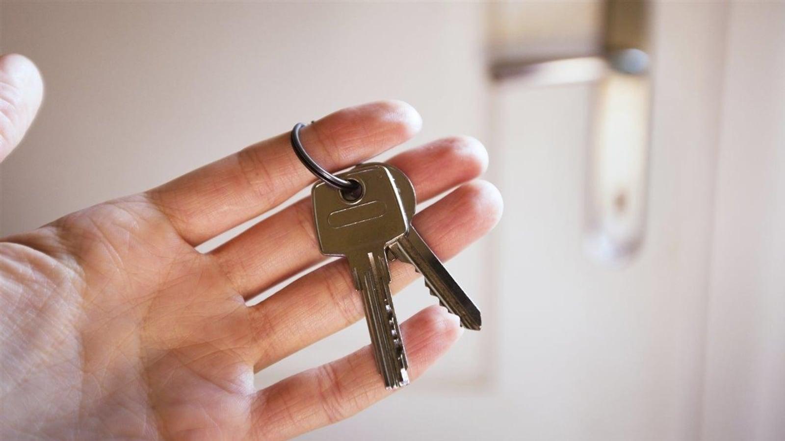 Une main tenant des clés.