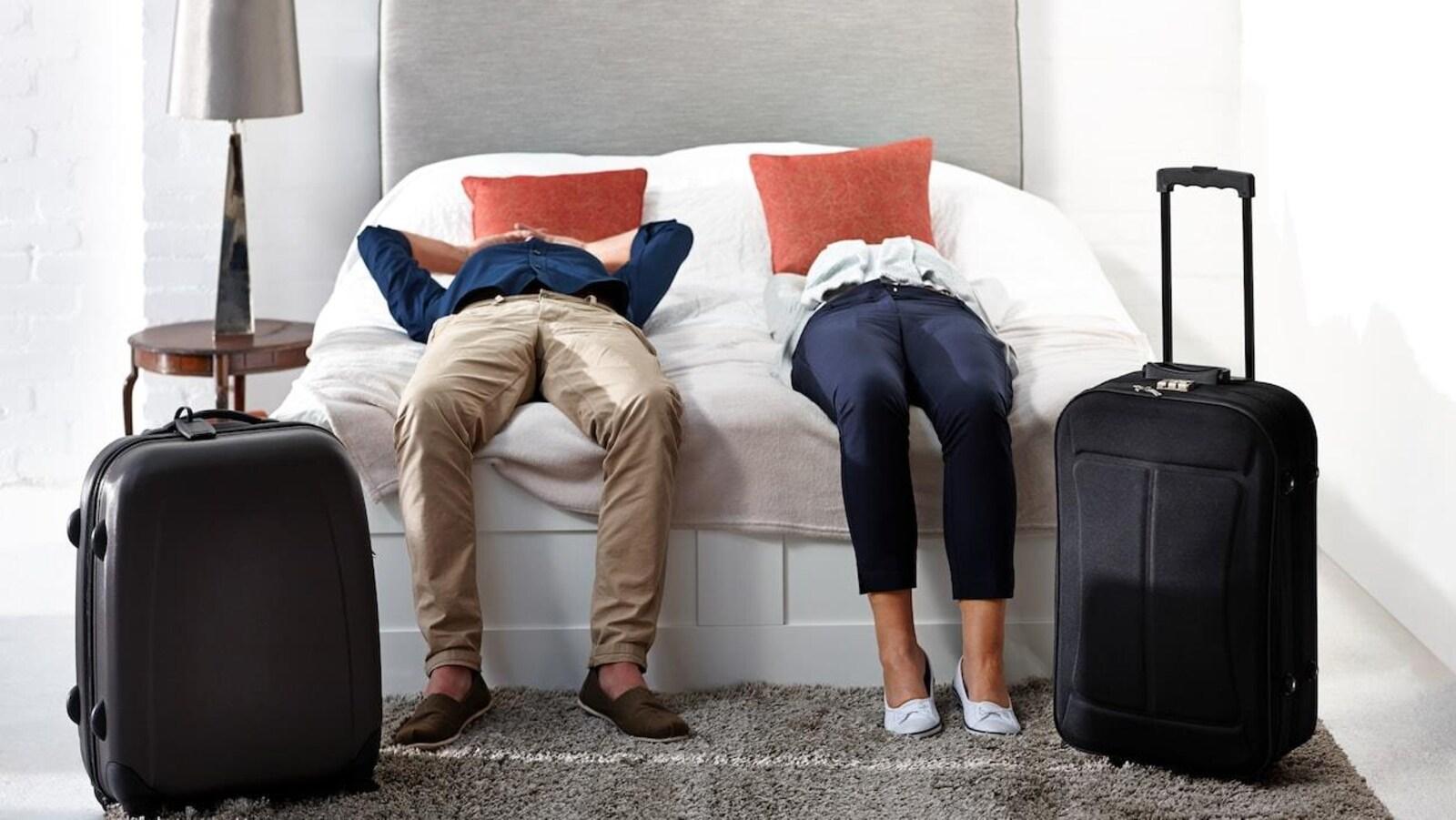 Les clients d'un hôtel étendus sur le lit de leur chambre.
