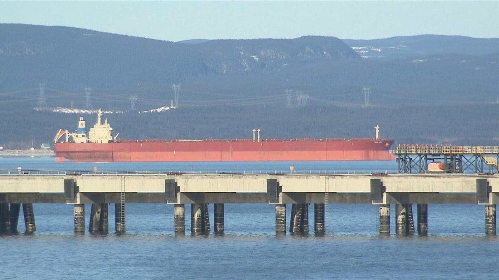 Un bateau à proximité du quai multiusager à Sept-Îles.
