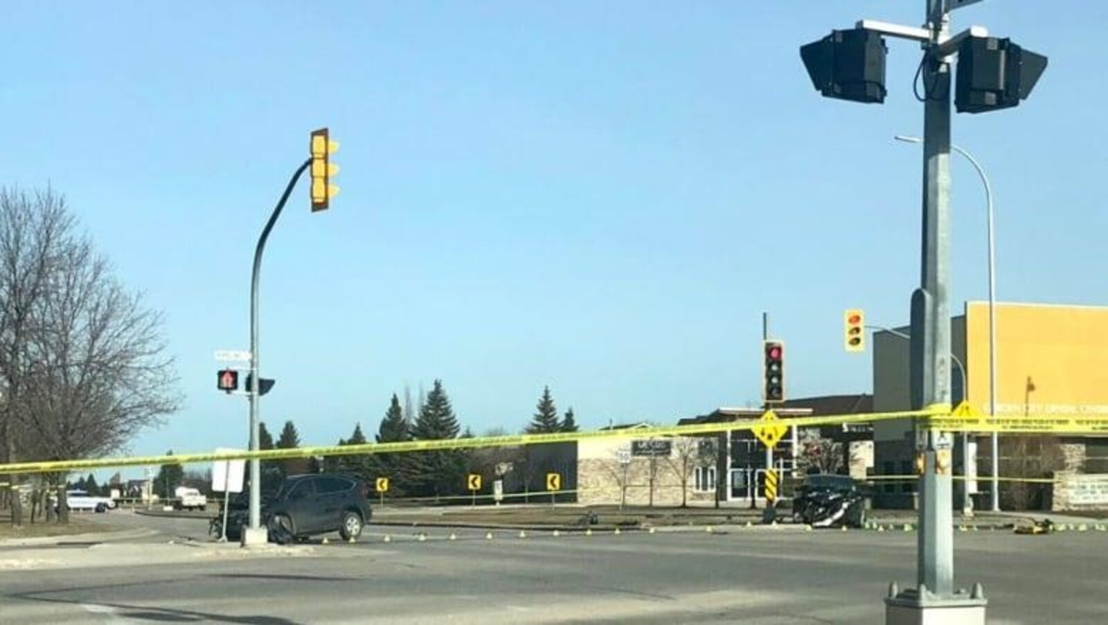 Une intersection, dans le nord-ouest de Winnipeg, où se trouvent deux véhicules impliqués dans une collision frontale.