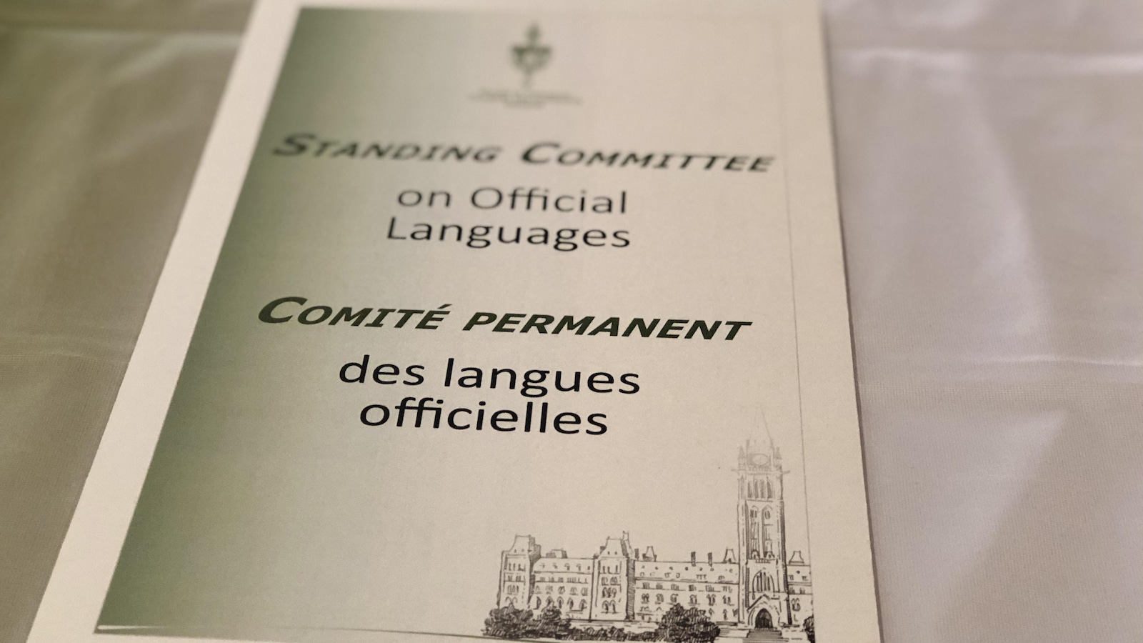 Gros plan sur un document portant le titre Comité permanent des langues officielles et Standing Committee on official languages.
