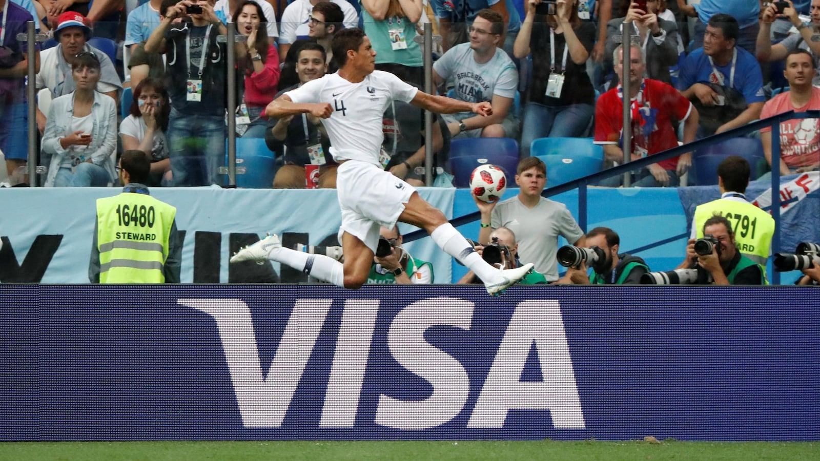 La marque VISA est affichée sur la bordure du terrain de soccer d'un stade.
