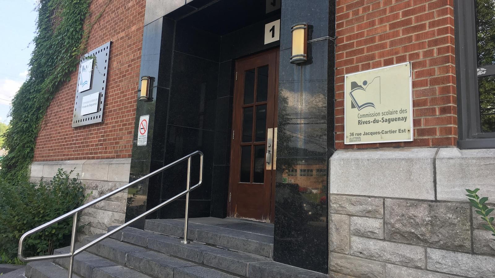 Façade du centre administratif de la Commission scolaire des Rives-du-Saguenay.