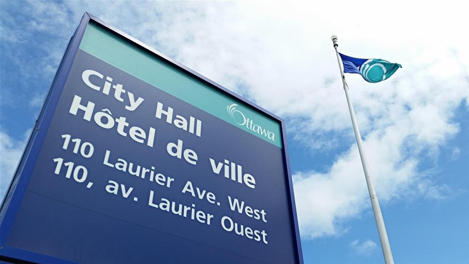 Une affiche indiquant l'adresse de l'hôtel de ville d'Ottawa, au 110, avenue Laurier Ouest