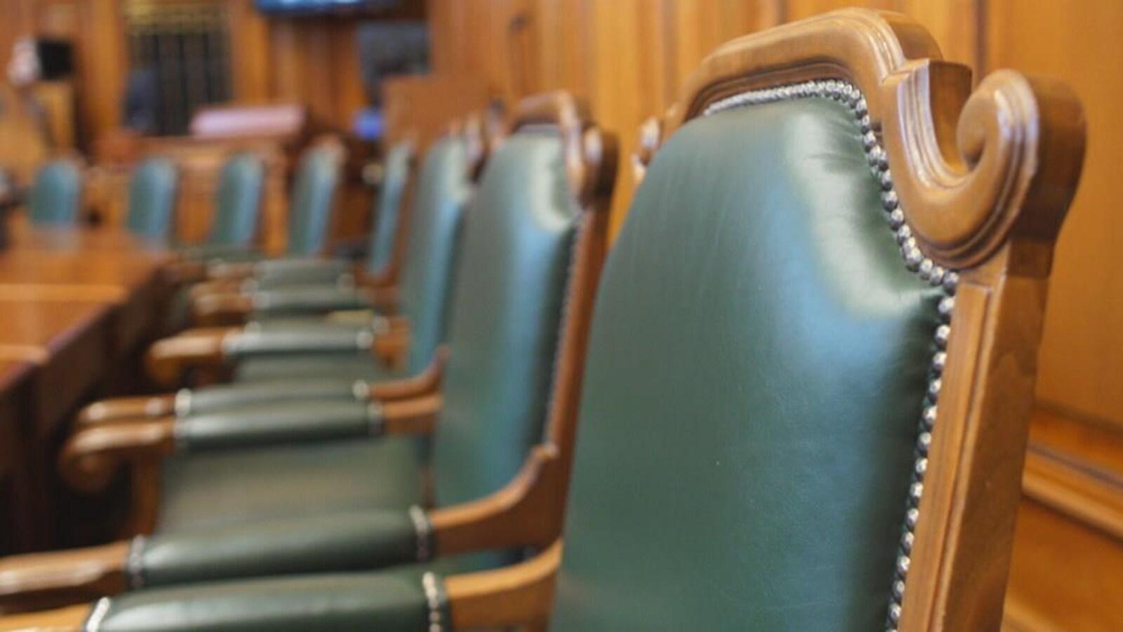 Gros plan sur des chaises vides dans la salle de conseil de l'hôtel de ville de Montréal.