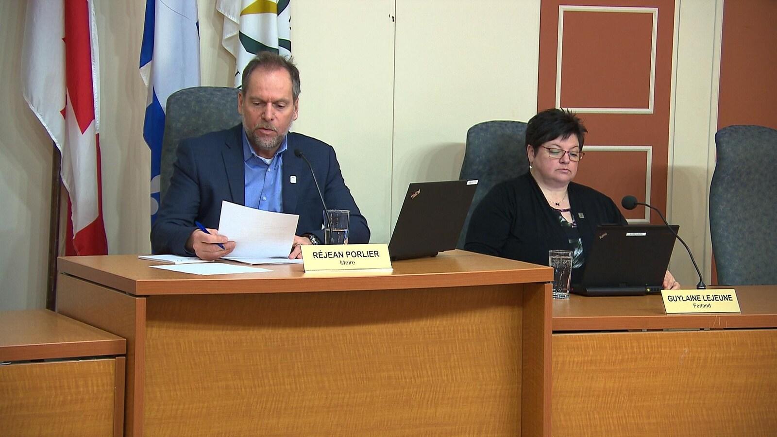 Le maire de Sept-Îles, Réjean Porlier, et la conseillère du district de Ferland, Guylaine Lejeune, au conseil municipal