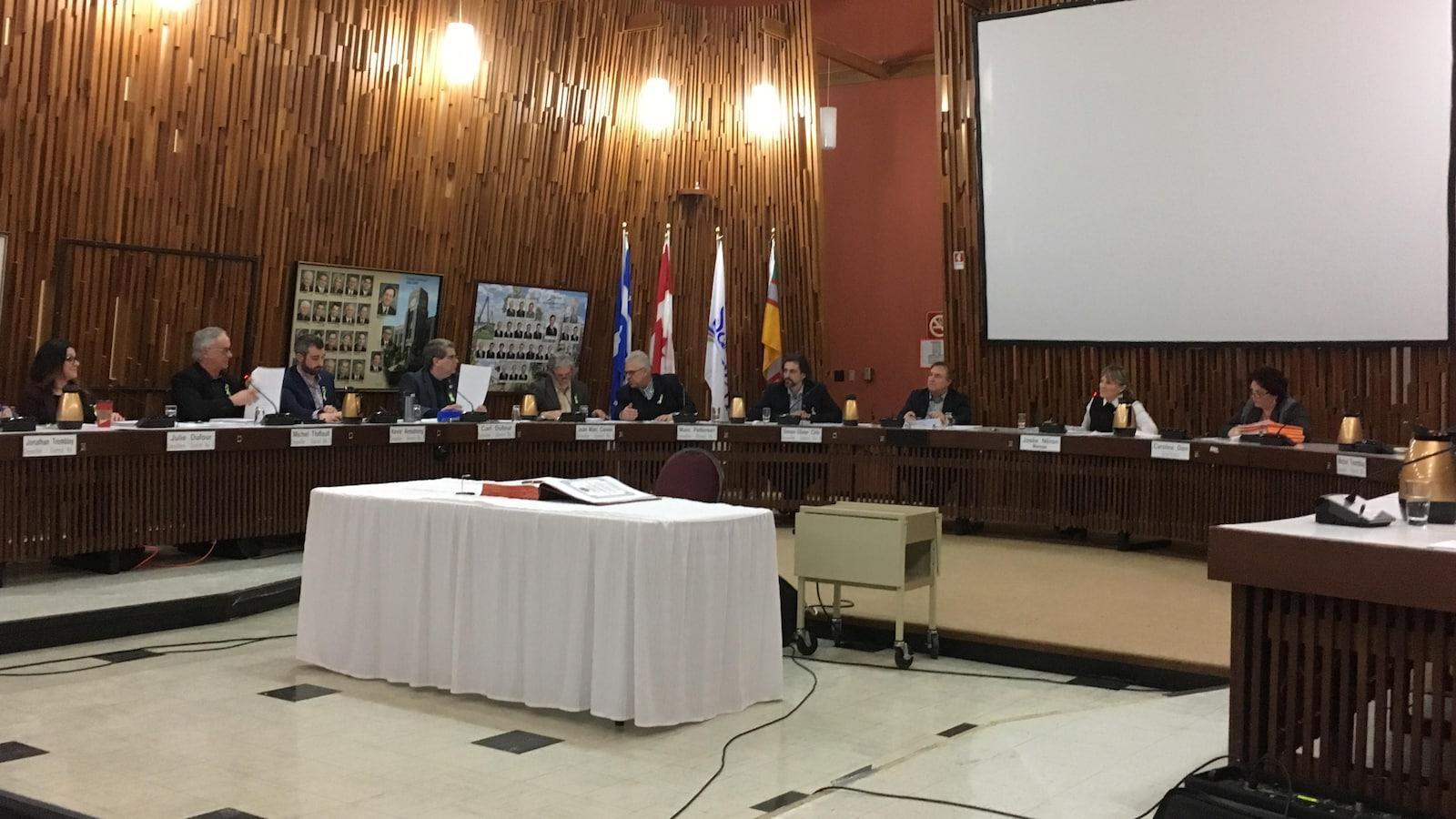 Une séance du conseil municipal de Saguenay, en février 2019.