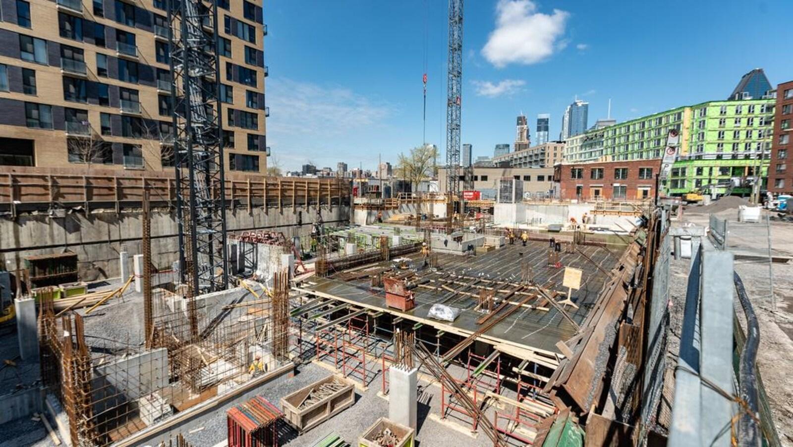 Un vaste chantier de construction.