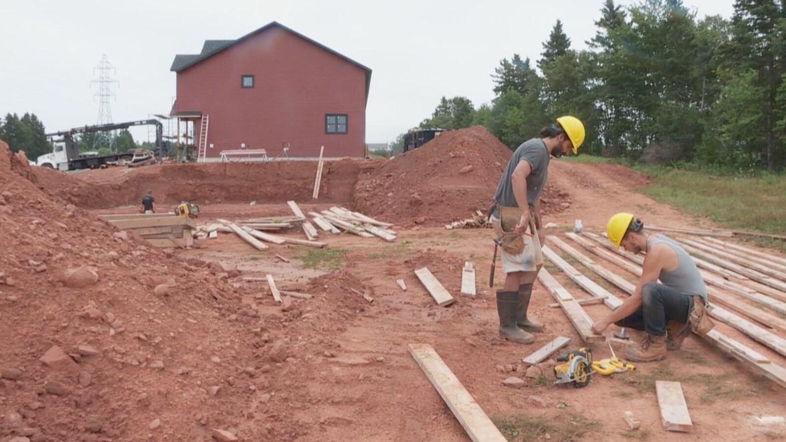 Deux ouvriers sur un chantier.