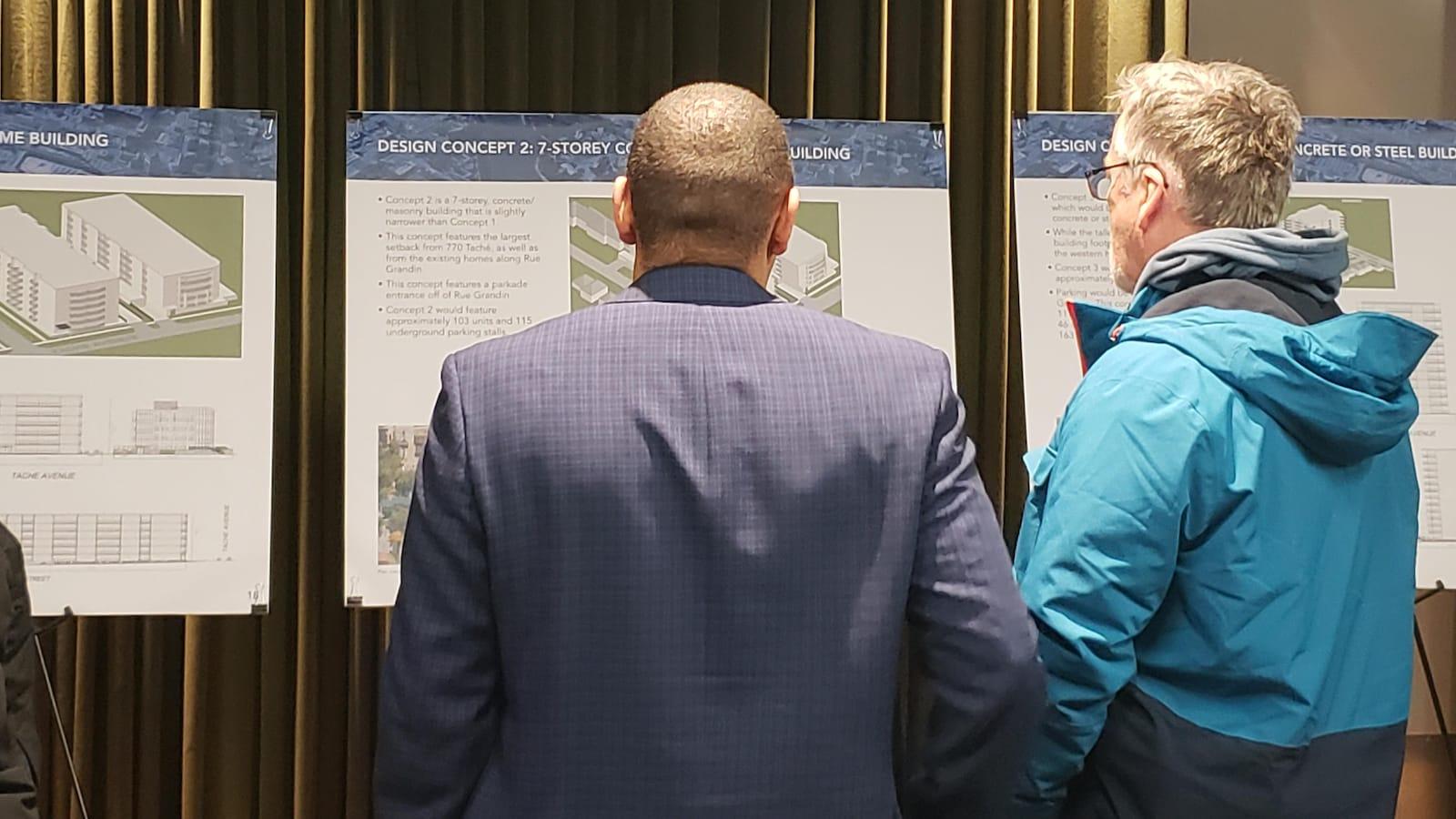 Deux hommes regardent un projet immobilier qui pourrait voir le jour dans le nord du quartier de Saint-Boniface.