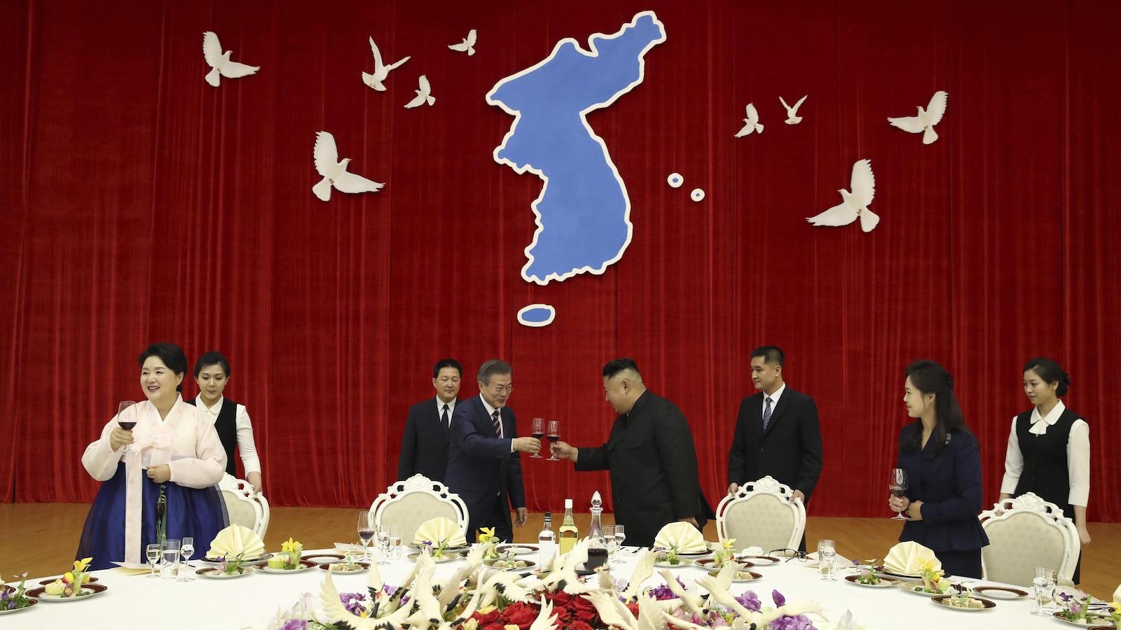 Le président de la Corée du Sud, Moon Jae-in, et le dirigeant de la Corée du Nord, Kim Jong-un, portent un toast devant la carte d'une Corée unifiée.