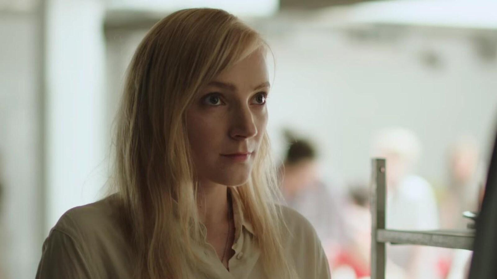 Une femme regarde un homme dans une scène du film Corps et âme