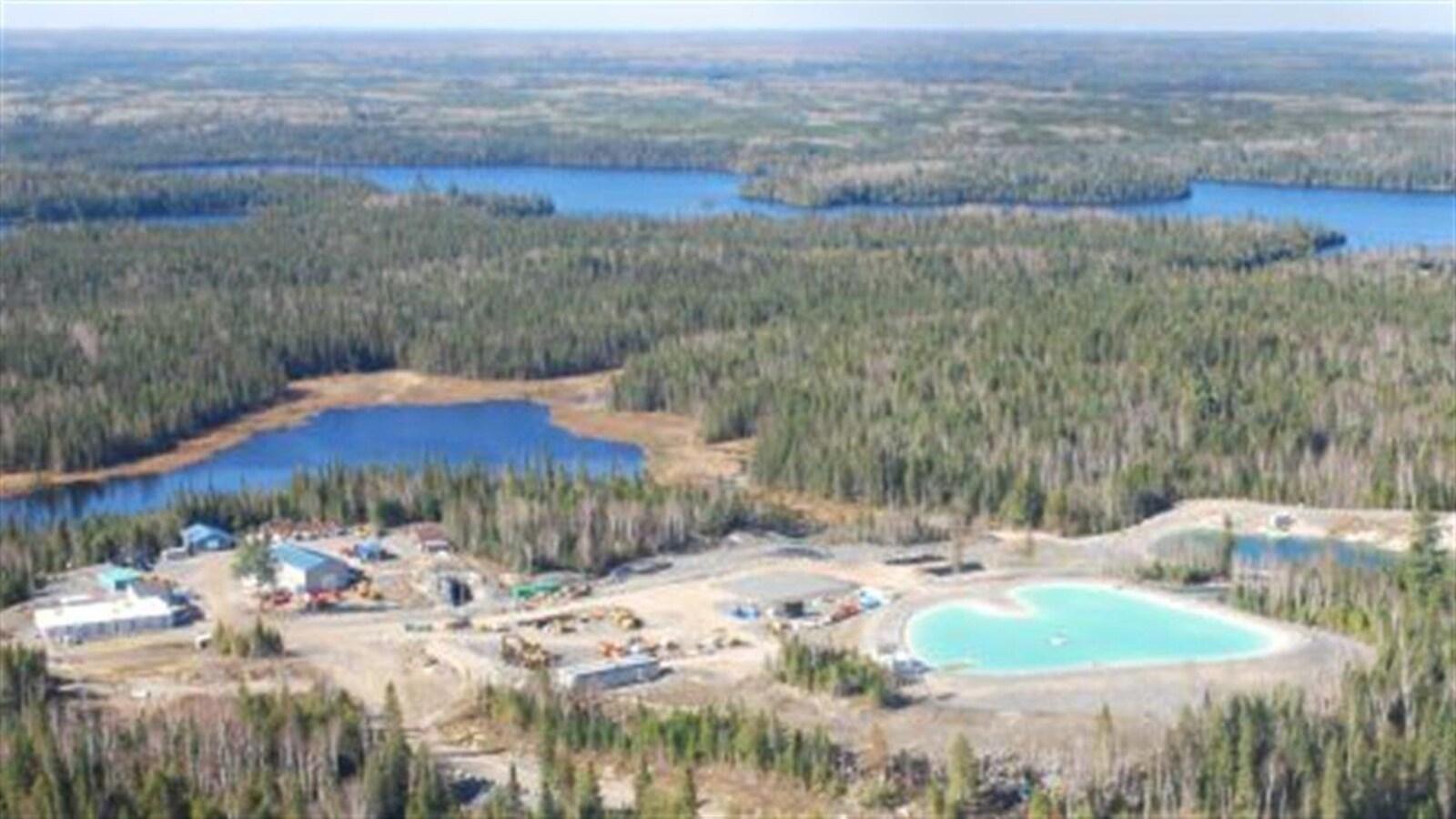 Vue aérienne d'un camp de travailleurs minier entouré de forêt boréale.